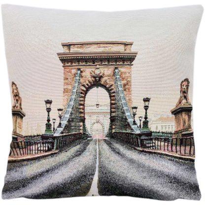 Fete de perne decorative, Podul cu Lanturi